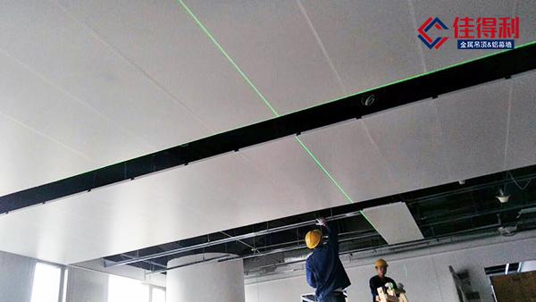 佳得利建材发现甲级办公写字楼大堂吊顶铝扣板已转用铝勾搭板定制