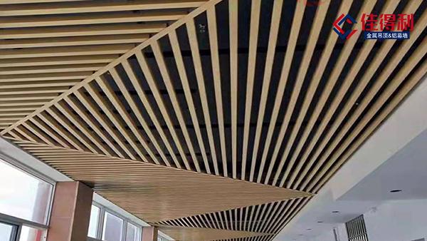 办公室过道木纹铝方通吊顶